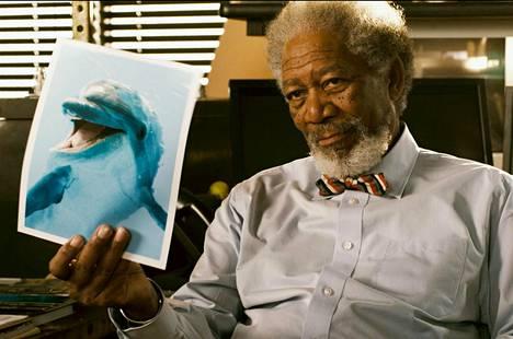 Morgan Freeman delfiinidraamassa.
