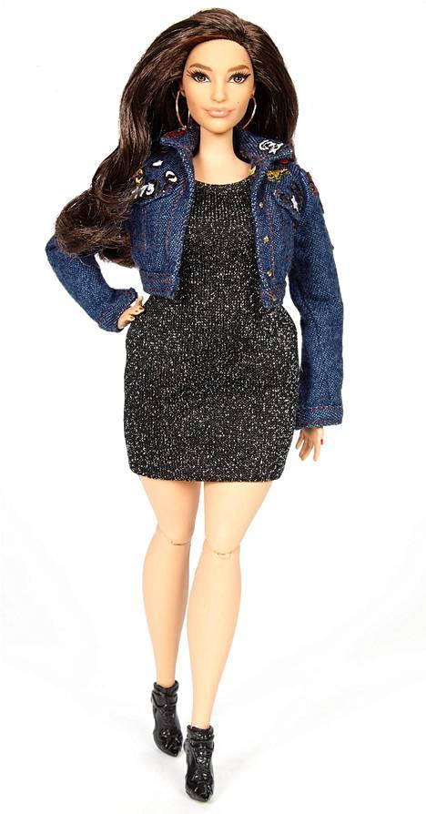 """Valmis, Ashleyn muotojen mukaan tehty Barbie-nukke. """"On hienoa, että niinkin ikoninen hahmo kuin Barbie seuraa aikaansa ja muuttuu monipuolisemmaksi"""", Ashley sanoo The Hollywood Reporterissa."""