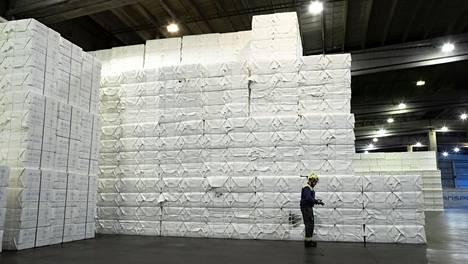 Sellu kuivataan ja litistetään arkeiksi, jotka pinotaan paaleiksi Kaukaan tehtaalla Lappeenrannassa.
