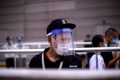 Kasvokilvellä varustautunut mies teki ostoksia Kiinan Shanghaissa perjantaina.