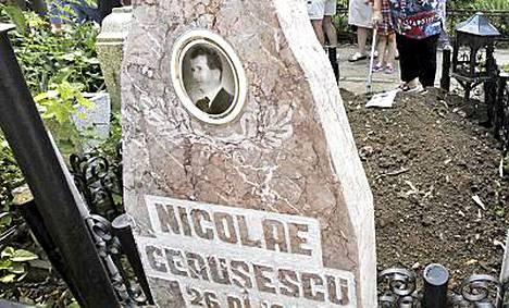 Nicolae Ceausescu ja hänen vaimonsa oletetut ruumiit kaivettiin keskiviikkona haudasta.