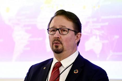 THL:n johtaja Mika Salminen oli hallituksen koronatilannekatsauksessa Helsingissä 1. huhtikuuta 2020. Hänellä oli myös merkki rinnassa.