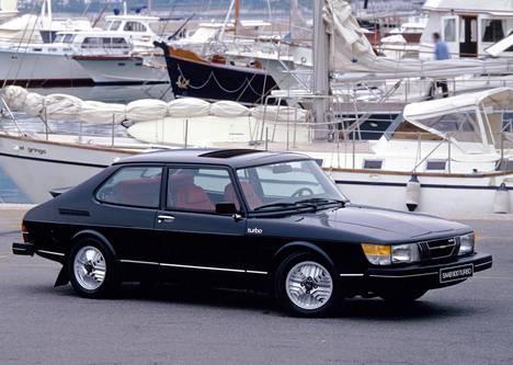 Saab 900 Turbo oli aikanaan Uudenkaupungin huipputuote. Myöhemmin Saabit ja Talbotit vaihtuivat Opel Calibrojen ja Lada Samaroiden kautta Porscheiksi sitten Fisker Karmaan ja uusimpana menestystarinana Mercedes-Benziin.
