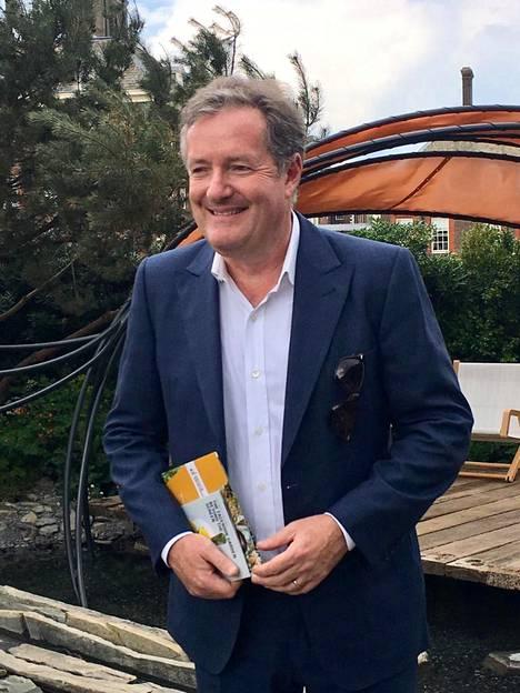 Tv-juontaja Piers Morgan viihtyi vihreyden keskellä.