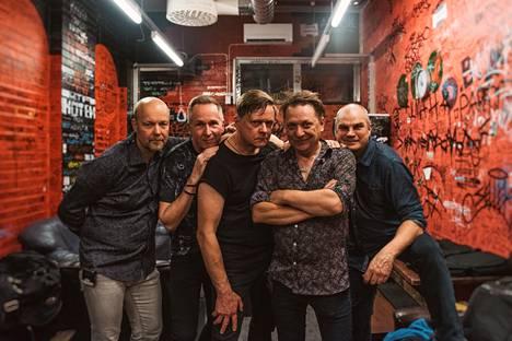 Miljoonasade-yhtye järjestää lentonäytöksen, jolla juhlistetaan yhtyeen 35-vuotista taivalta ja Juri Gagarinin saavutusta. Kuvassa vasemmalta Tomi Aholainen, Matti Nurro, Jarmo Hovi, Heikki Salo ja Ari Laaksonen.
