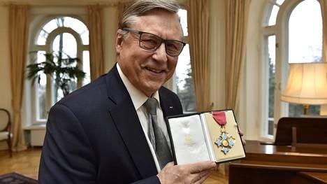 Pertti Salolainen hymyili saatuaan CBE-kunniamerkin.