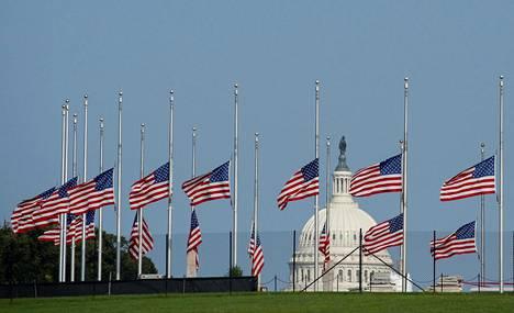 Liput on laskettu puolitankoon Washington Monumentin edustalla Yhdysvaltain pääkaupungissa Washingtonissa edesmenneen senaattorin kunniaksi.