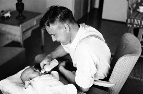 Mauno ja Tellervo Koiviston tytär Assi syntyi toukokuussa 1957. Koivisto syöttämässä parin kuukauden ikäistä Assia.