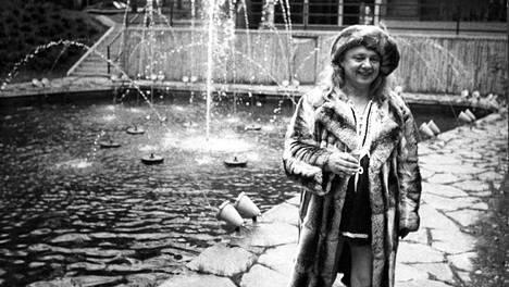 Kalevi Keihänen kuvattiin chinchillaturkissaan Korpilinnan pihalla keväällä 1973.