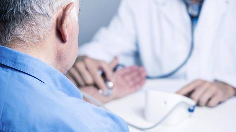 Yli 76-vuotiailla sairastumisriskit olivat sitä pienempiä mitä alhaisempi verenpaine oli.