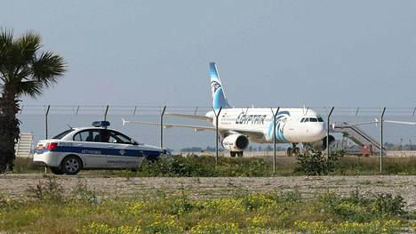 Kaappaaja pakotti koneen laskeutumaan Kyproksen Larnakaan.