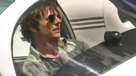 Tom Cruise esittää huijaria ja lentäjää Barry Sealia, jonka CIA värväsi peiteoperaatioon.