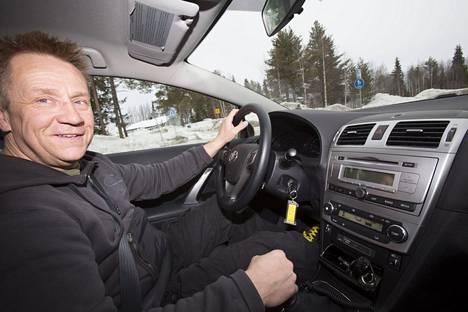 Olli Lindholm auton ratissa vuonna 2013 (kuvituskuva).