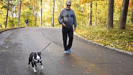 Tasavallan presidentti Sauli Niinistö ulkoilutti Lennu-koiraa.
