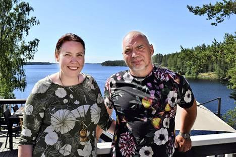 Sahanlahden hyväntuulinen omistajapari Jaana ja Janne Kuivalainen ovat saaneet Sahanlahden vanhan sahamiljöön kukoistamaan.