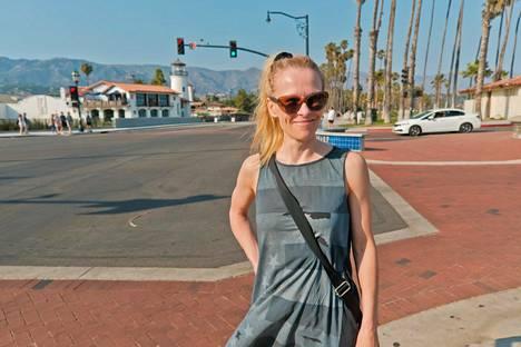 Nina Sallinen poseeraa rantapromenadilla Santa Barbarassa.