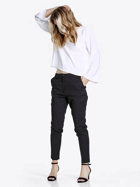 Bik Bokin housuissa on boyfriend-henkeä, 39,99 €.