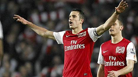 Arsenalin ensimmäisen maalin tehnyt Robin Van Persie otti ilon irti joukkueen voittomaalista.