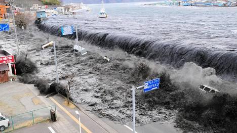 Vuonna 2011 maanjäristys aiheutti suuren tsunamin, joka aiheutti merkittävää tuhoa muun muassa Fukushiman ydinvoimalassa. Kuvassa suuri aalto lähestyy Miyakon kaupunkia Pohjois-Japanin rannikolla.