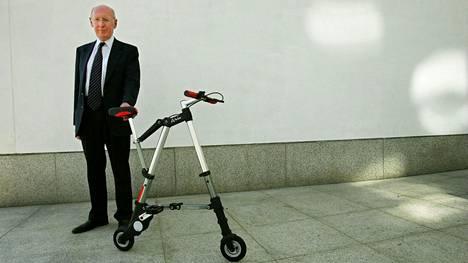 Steve Sinclair kehitteli tietotekniikan lisäksi liikkumisratkaisuja. Vuonna 2006 hän esitteli A-bike-pyöräänsä Lontoossa.