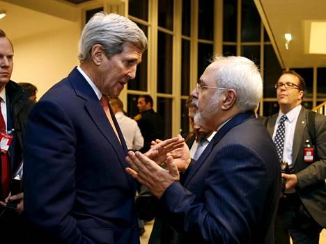 Yhdysvaltain ulkoministeri John Kerry (vas.) keskusteli Wienissä iranilaisen kollegansa Mohammad Javad Zarifin kanssa.
