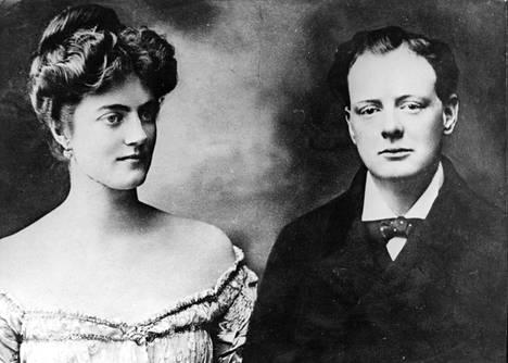 Winston Churchill nuorena vaimonsa Clementine Hozierin vierellä. Pari meni naimisiin 1908 vain puolen vuoden tuntemisen jälkeen. Lapsia syntyi viisi.