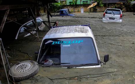 Autot ovat hautautuneet tuulilasiaan myöten mutaan Sentanissa.