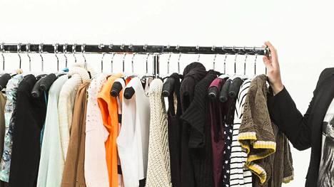 Ilta-Sanomille tarinansa kertonut nainen kertoo kuvitelleensa ostavansa vähän vaatteita. Vuoden kirjanpito paljasti totuuden.