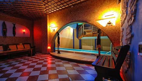 Maailmalla paljon töitä tehnyt suomalainen kertoo nähneensä jos jonkinmoisia saunoja. Kiinassa saunassa oli kristallikruunut.