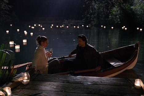 Mel ja Jack löytävät toisensa heti ensimmäisen kauden alussa, mutta romantiikka hiipii suhteeseen pikkuhiljaa.