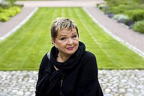 Lapsuutensa Hyrynsalmella asunut kirjailija Raija Oranen oli isin tyttö.