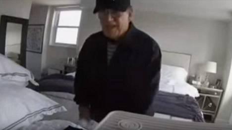 Kuvakaappaus New Yorkin poliisin vuonna 2015 julkaisemalta valvontakameran videolta, jolla Samuel Sabatino hääräili New Yorkin Manhattanilla sijaitsevassa asunnossa.