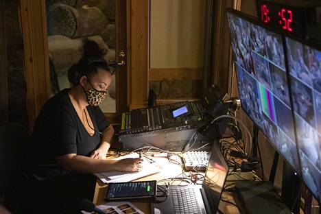 Lola Odusogan työtä on raportoida kaikesta kiinnostavasta, mitä Temptation Island Suomen bileissä tapahtuu.