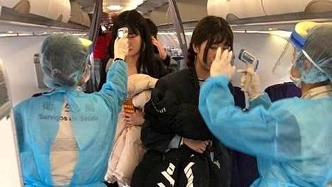 Tammikuun alussa tervesviranomaiset mittasivat lentomatkustajilta kuumetta ennen lennon lähtöä Wuhanissa. Nyt liikenne kaupungista on katkaistu kokonaan.