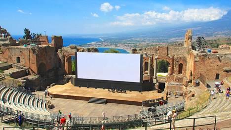 Taorminan amfiteatterista on huikaisevat näköalat. Kuvan oikeassa reunassa kohoaa Etna.