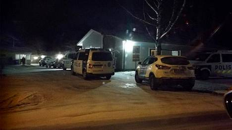 Paikalla oli sunnuntai-iltana useita poliisiautoja.