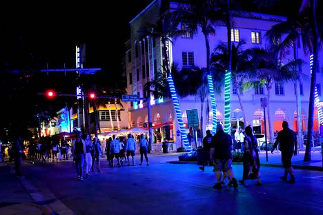 Yöelämää Miami Beachin Ocean Drivellä.