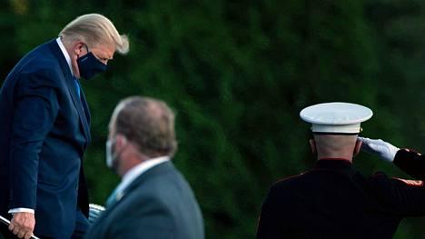 Trump saapui lääkäriin Marylandissa saatuaan positiivisen koronatestituloksen perjantaina.