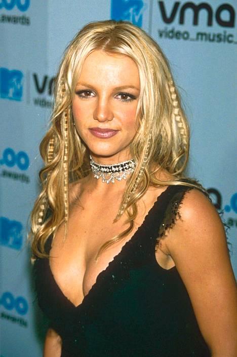 Hiuslisäkeraidat, pikkuletit ja krepatut hiukset kuuluivat 20 vuotta sitten trendeihin. Britney Spears näytti tyylillään monelle naiselle mallia.