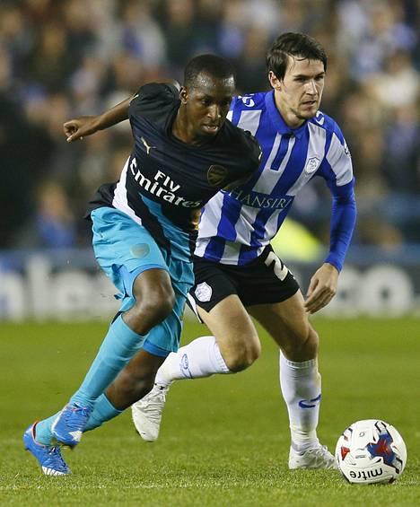 Glen Kamara (vas.) pelasi tiistaina ensimmäiset minuuttinsa Arsenalin ykkösjoukkueessa.