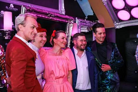 Masked Singer -ohjelman panelistit vasemmalta oikealle: Christoffer Strandberg, Jenni Kokander, Maria Veitola, Janne Kataja ja ohjelman juontaja Ile Uusivuori (oik.).