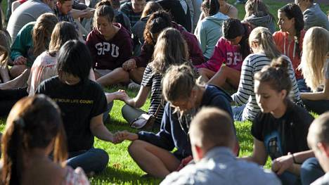 Yliopiston opiskelijat kokoontuivat rukoilemaan yhdessä viime viikon ampumavälikohtauksen jälkeen Seattlessa.