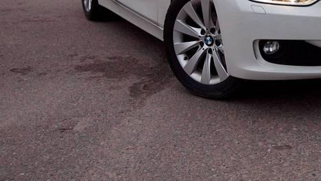 IS lähti selvittämään vakuutusasiaa sen jälkeen kun eräs työmatkapyöräilijä oli lähellä törmätä kuvassa näkyvään pysäköityyn ajoneuvoon.