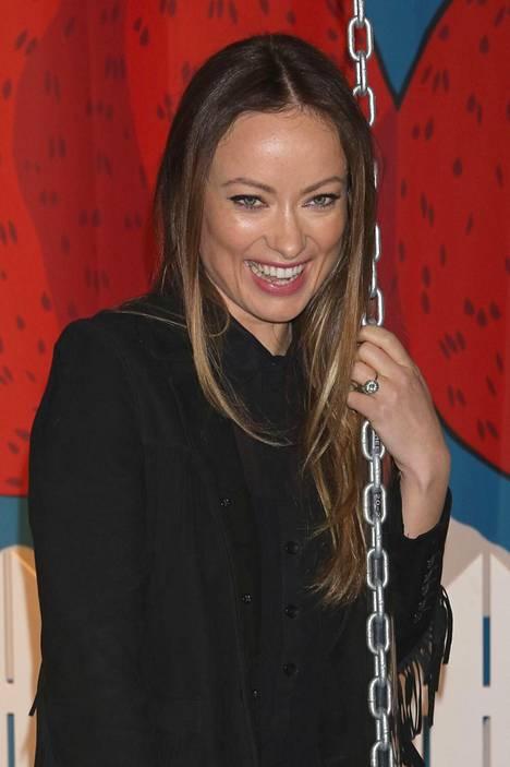 House-sarjasta tuttu Olivia Wilde näytti viihtyvän avajaisissa.