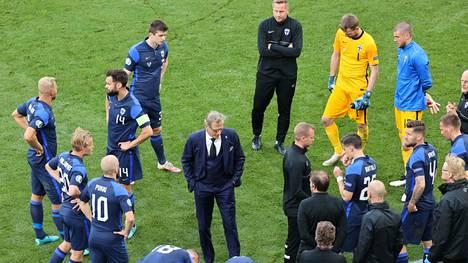 Markku Kanerva pelaajiensa kanssa, kun Tanska-ottelu oli keskeytyksissä.