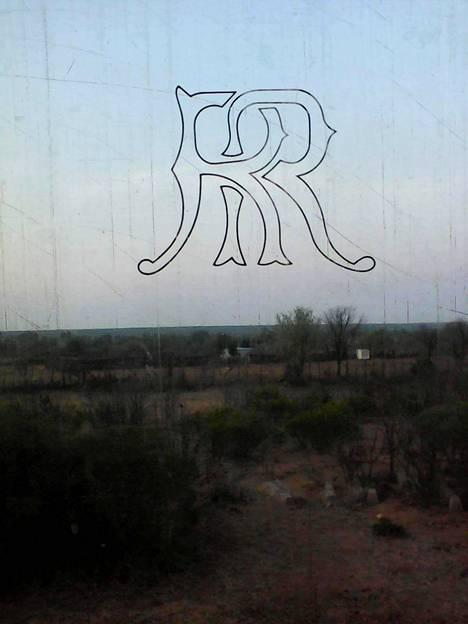 Victoria Fallsista Bulawayoon matkaavan junan ikkunassa olivat kirjaimet RR eli Rhodesian Railways. Ennen itsenäistymistä Zimbabwen nimi oli Rhodesia. Ikkunasta ei siirtomaa-aikaan viittaavia kirjaimia ole poistettu.