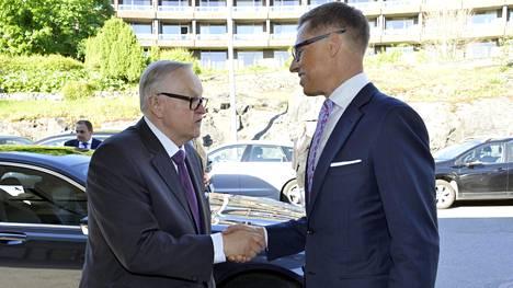 Martti Ahtisaari tervehti kesällä Alexander Stubbia 80-vuotisjuhliinsa saapuessaan. Stubb oli Ahtisaaren ehdotus CMI:n hallituksen puheenjohtajaksi.