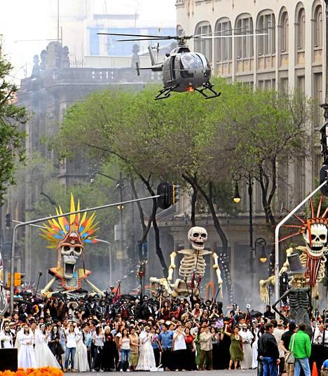 Bondin takaa-ajo tapahtuu Méxicossa kuolleiden päivänä.