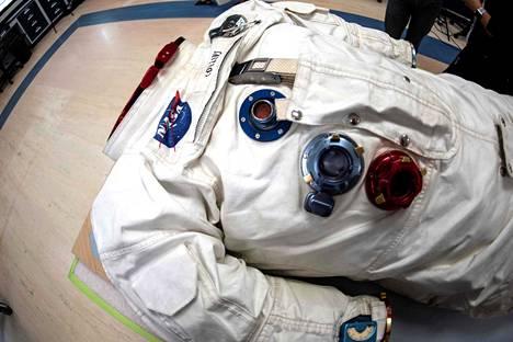 Apollo 11 -lentäjä Michael Collins ohjasi komentomoduuli Columbiaa, joka kiersi Kuuta Neil Armstrongin ja Buzz Aldrinin laskeutuessa Kuuhun.