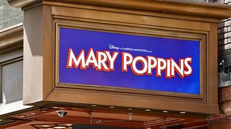 Lontoossa ensi-iltansa saaneen Mary Poppins -musikaali rantautuu Suomeen tänä syksynä. Sen kevätkauden esitykset on kuitenkin peruttu ja ne nähdään Svensa Teaternissa vasta ensi vuoden syksystä alkaen.